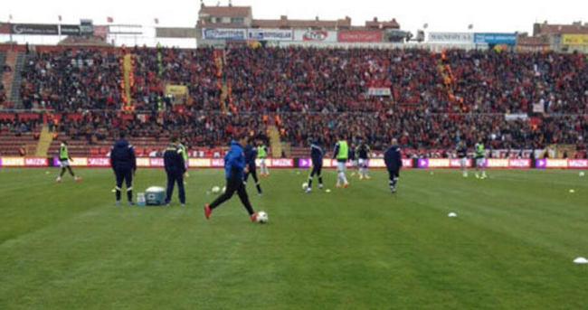 Eskişehirspor-Fenerbahçe maçında çim krizi!