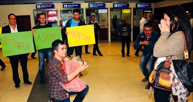 Havaalanında sıra dışı evlilik teklifi