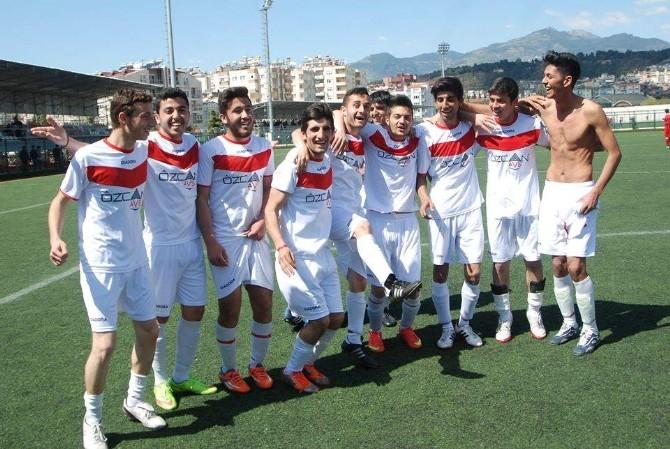 Merkez Yeniköyspor Şampiyonluğu Kovalıyor