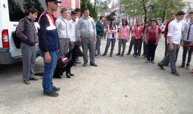 Jandarma Öğrencilere Uyuşturucudan Korunma Yollarını Anlattı