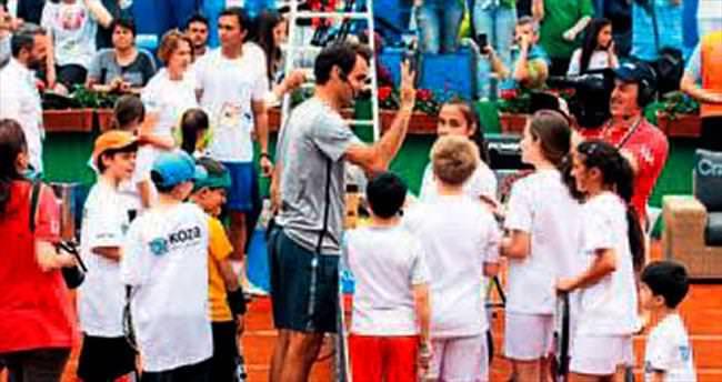 Federer çocukların yüzünü güldürdü