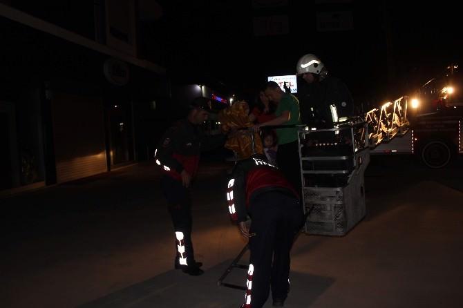 Yangına Uykuda Yakalanan Apartman Sakinlerini Zehirlenmekten İtfaiye Kurtardı