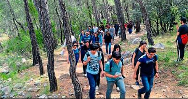 Polis gençlerle yürüyüş yaptı