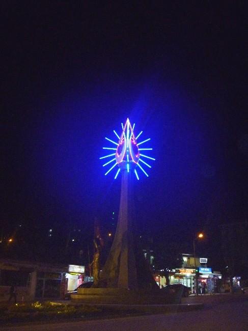 16 Türk Devletini Simgeleyen Anıt Işıklandırıldı
