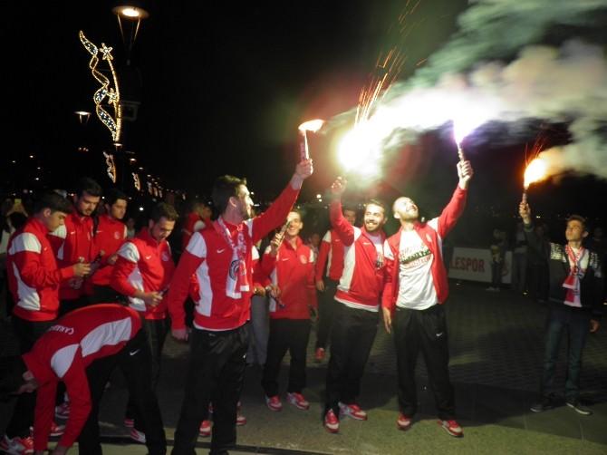 Çanakkalespor'un Şampiyonluk Fişekleri Boğazı Aydınlattı