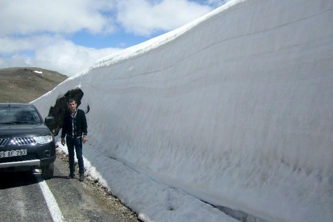 Kostan Dağında 4 Metrelik Kar Kürtükleri