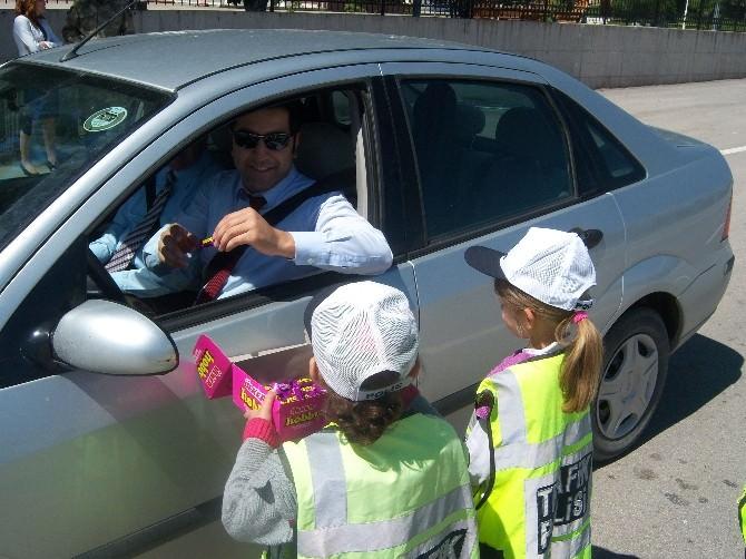 Minik Trafik Polisleri Araç Durdurup Kontrol Yaptı