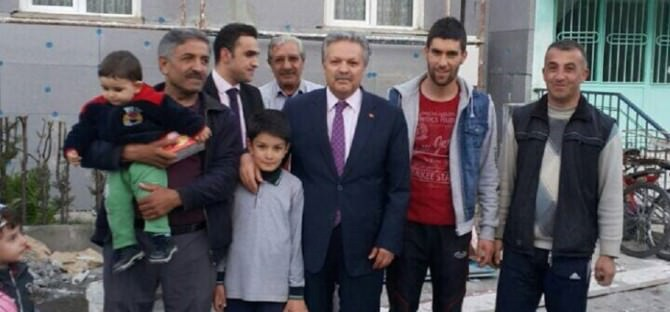 Vali Kahraman Yardım Ettiği Aileden Kur'an-ı Kerim Hediyesi Aldı