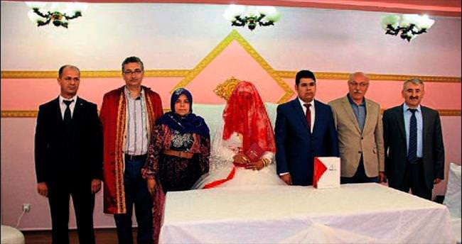 Başkan Güvenç'ten yeni evli çifte jest