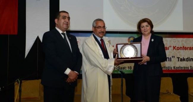 Rektör Deveci'ye 'Ebedi Lider Altın Döş Nişanı'