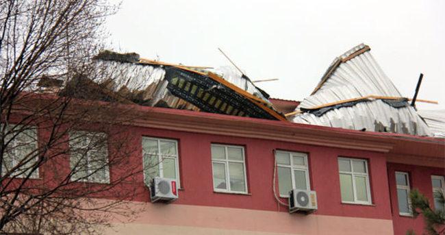 Binaların çatısı uçtu, yol kapandı