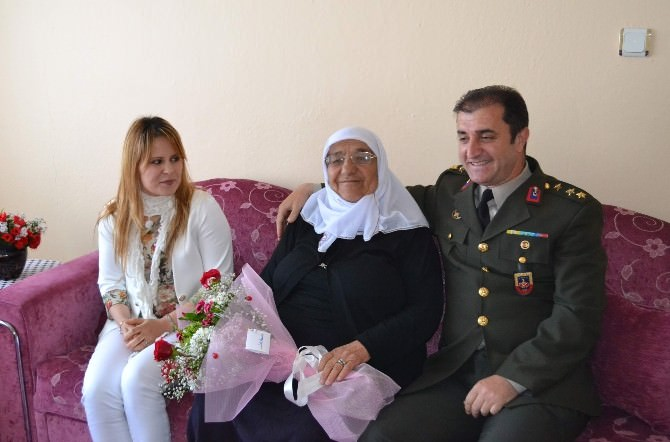 Kulu'da Jandarma'dan Annelere Çiçek