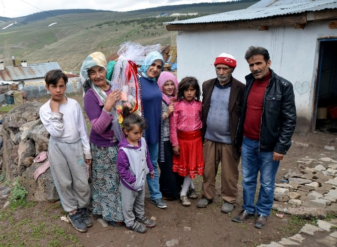 Sarıkamış'ta Bedensel Ve Zihinsel Engelli Anne Yılın Annesi Seçildi
