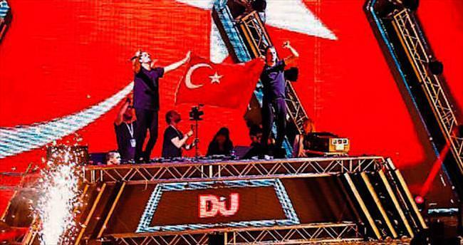 Sahnede Türk bayrağı açtılar