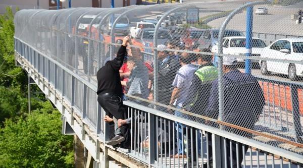 Köprüye Çıkarak İntihar Etmek İsteyen Vatandaşı Diğer Vatandaşlar Kurtardı