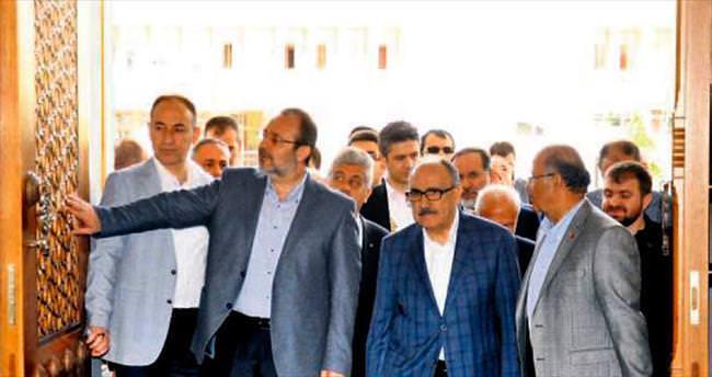 Nur Camisi'ni gezip, öğle namazı kıldırdı