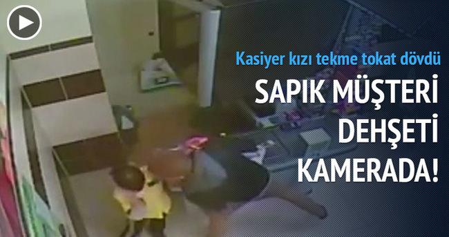Müşteri kasiyer kızı tekme tokat dövdü