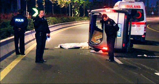 Keskin virajı alamayan minibüs yan yattı: 1 ölü