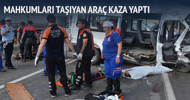 Mahkumları taşıyan cezaevi aracı kaza yaptı: 3 ölü