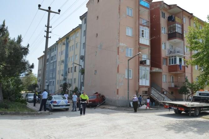 Yoldan Çıkan Otomobil Binayı Deldi
