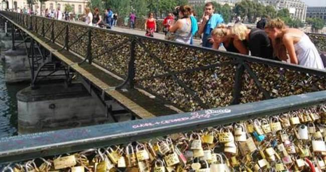Sevgi köprüsü aşk kilitlerini taşıyamadı