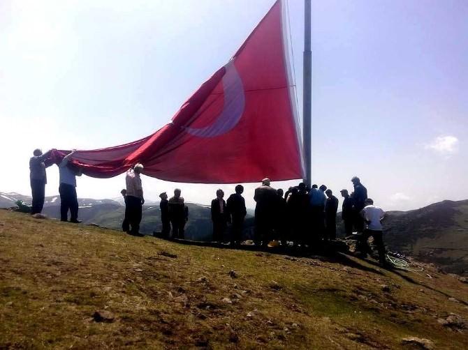 Giresunlu Hüseyin Pakdemir Şehit Savcı Mehmet Selim Kiraz İçin 54 Metrekarelik Türk Bayrağı Dikti