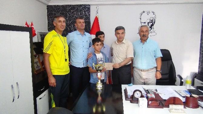Öğretmenler Turnuvadan Kazandıkları Para Ödülünü Engelli Öğrenciye Bağışladı