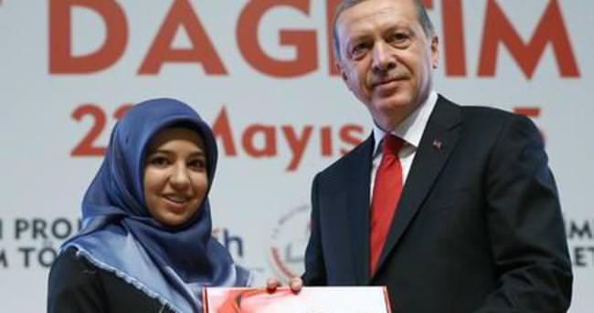 Cumhurbaşkanı Erdoğan tablet dağıttı