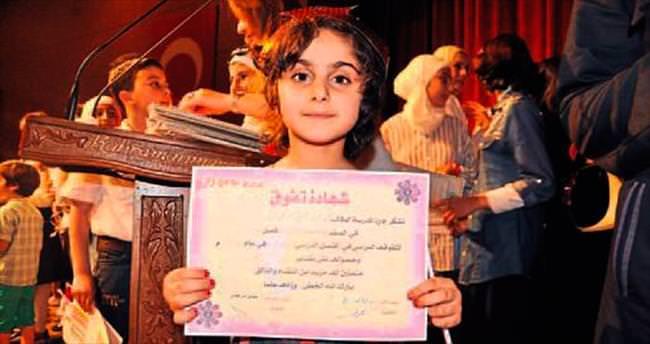 Suriyeli öğrenciler karnelerini aldı