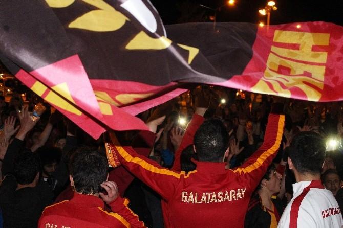Erzurum'da Galatasaraylı Taraftarların Galibiyet Coşkusu