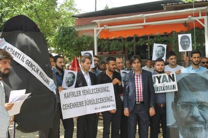 AK Partili Gençler'den Demokrasi Çınarı Altında 'Darbe' Protestosu
