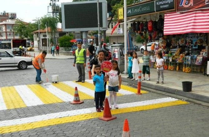 Minik Öğrencilerden Sürücülere 'Yol Ver' Çağrısı