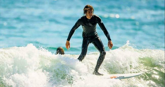'Örümcek Adam'ın sörf keyfi