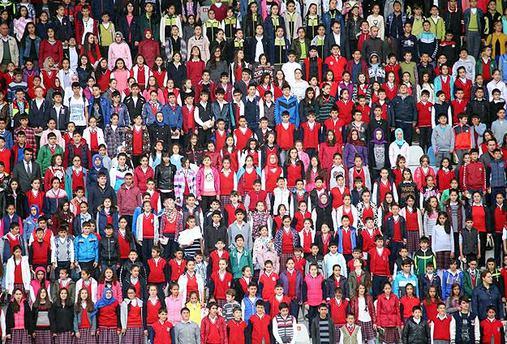 10 bin öğrenci tribünde aynı anda kitap okudu