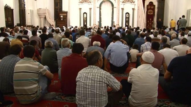 İzmir'de Kandil Coşkusu Camileri Doldurdu