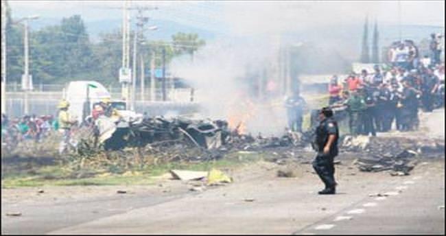 Otoyola, küçük uçak düştü: 5 ölü
