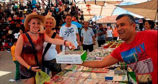 Semt pazarında turist yoğunluğu