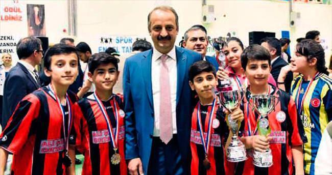 Mamak'ta yılın başarılı sporcuları ödüllendirildi
