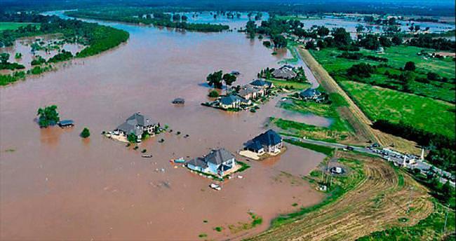 Nehir binlerce evi yuttu