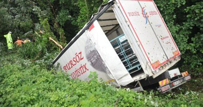 Kamyon şoförü yarım saatte kurtarıldı