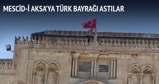 Filistinli gençler Mescid-i Aksa'ya Türk bayrağı astı