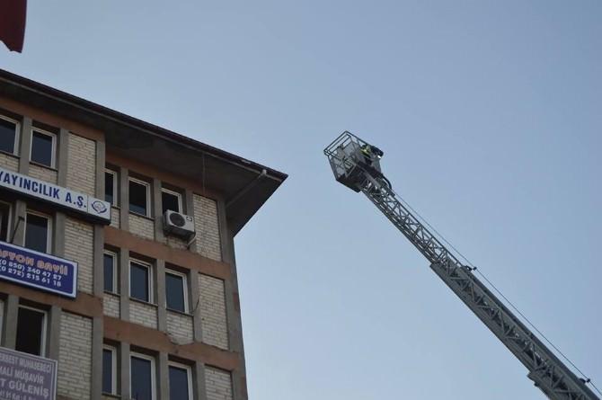 7 Katlı Binanın Çatısına Çıkarak İntihara Kalkıştı