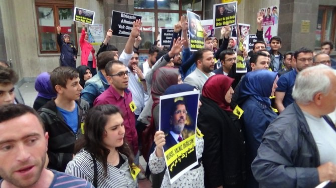 Afyonkarahisarlı AK Gençler Mursi Hakkındaki İdam Kararını Protesto Etti