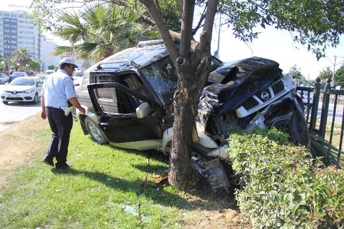 Kamyonet Ağaca Çarptı: 2 Yaralı