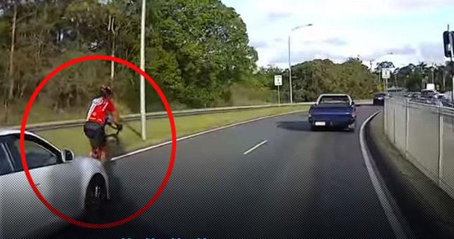 Arabasıyla bisiklet sürücüsüne göz göre göre çarpan şoför