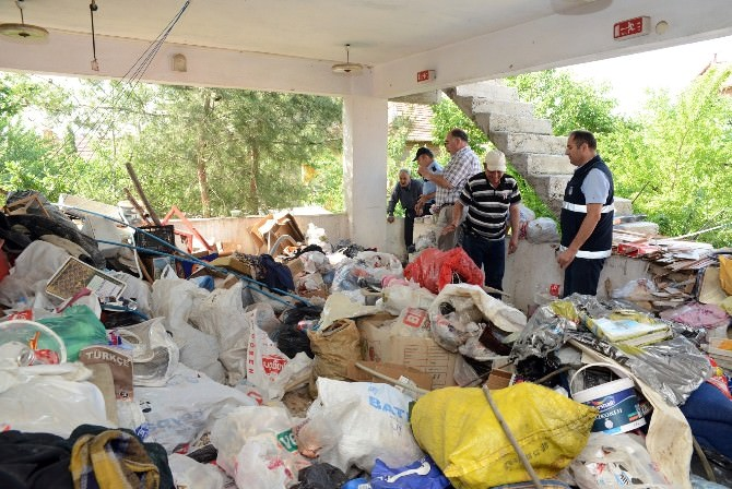 Uşak'ta Çöp Evden İki Kamyon Çöp Çıktı