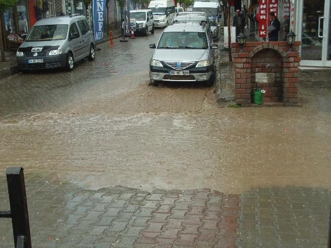 Özalp'ta Sağanak Yağmur Korkuya Neden Oldu