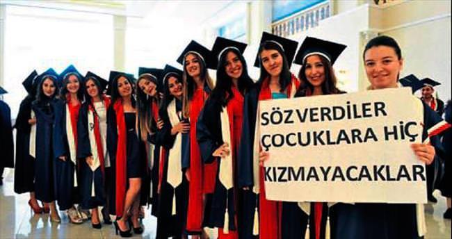 İzmir Üniversitesi'nde mezuniyet gururu