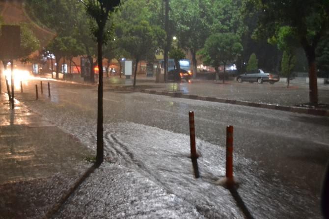 Sağanak Yağış, 15 Dakikada Yolları Göle Çevirdi