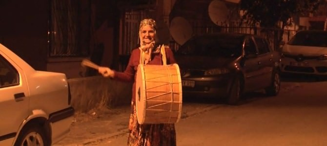 62'lik Ayşe Teyze İzmir'i Sahura Kaldırıyor